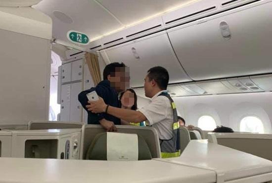Buộc một khách thương gia say xỉn bị tố sàm sỡ nữ hành khách ra khỏi máy bay ảnh 1