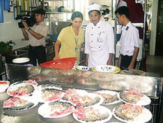 Kiểm tra cơ sở cung cấp suất ăn công nghiệp và bếp ăn tập thể ảnh 1