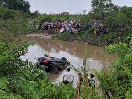 Phát hiện 3 người tử vong trong chiếc xe ôtô nằm dưới lòng kênh ảnh 1