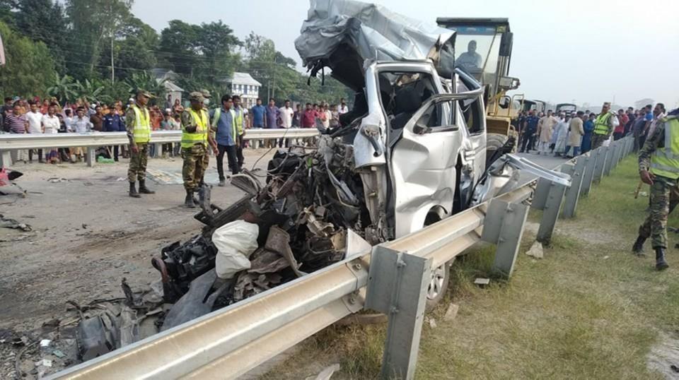 Xe chở đoàn đón dâu đâm vào xe khách, ít nhất 10 người thiệt mạng ảnh 1