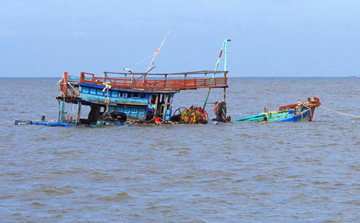 Sóng lớn nhấn chìm tàu, hai ngư dân mất tích ảnh 1