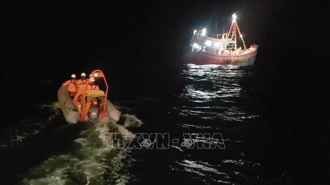 Nhiều ngư dân và tàu cá bị sự cố trên biển được cứu nạn an toàn ảnh 1