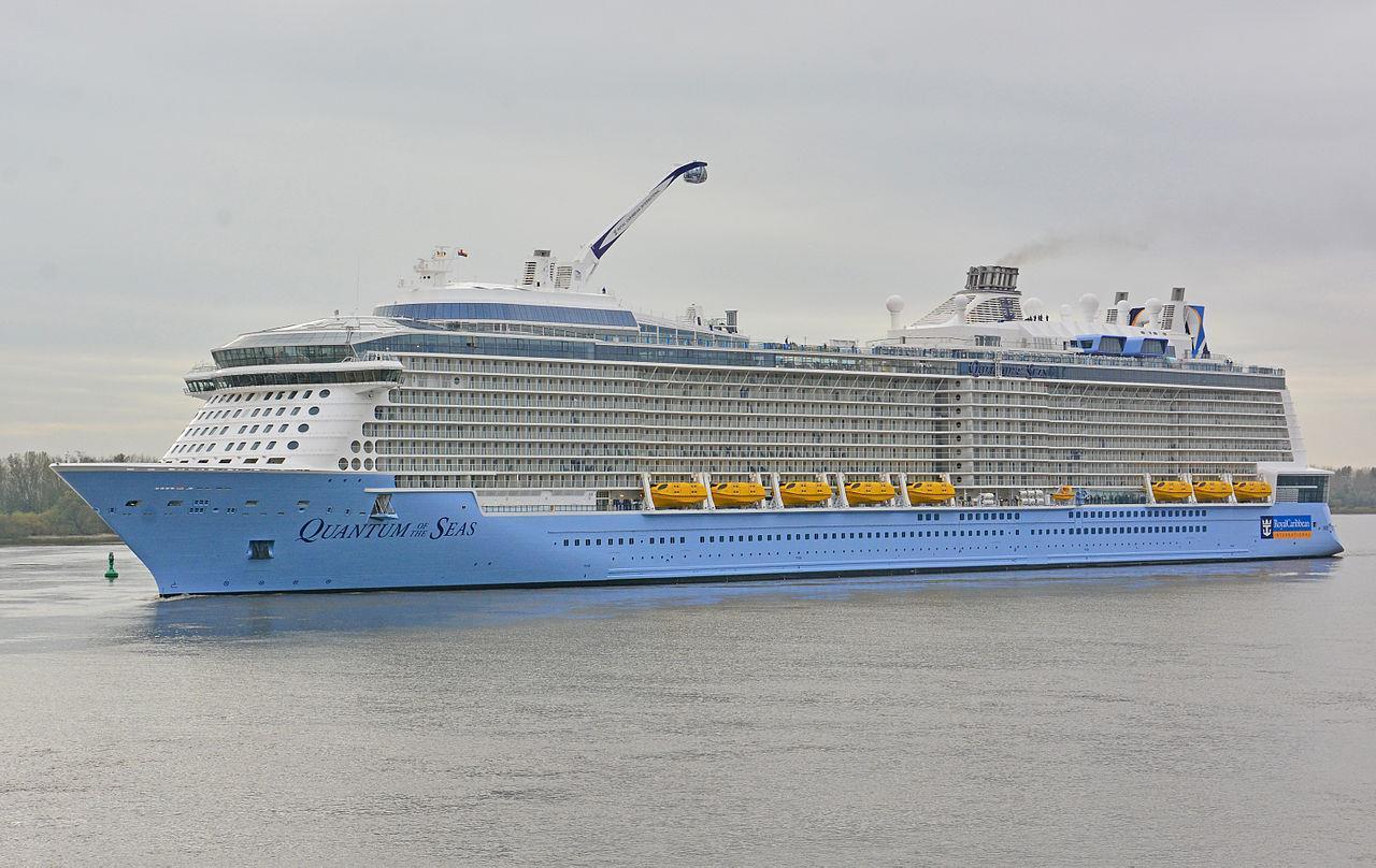 Du thuyền 5 sao hiện đại nhất thế giới cập cảng TP.HCM ảnh 1
