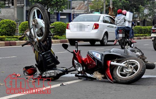 Hai xe máy đấu đầu, ba người bị thương ảnh 1