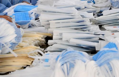 Bắt giữ vụ vận chuyển hơn 300.000 khẩu trang nghi xuất lậu qua biên giới ảnh 1