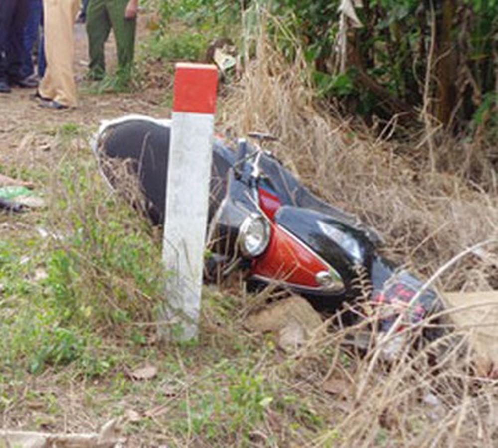 2 thanh niên tử vong khi xe máy chở 3 lao vào cột mốc ảnh 1