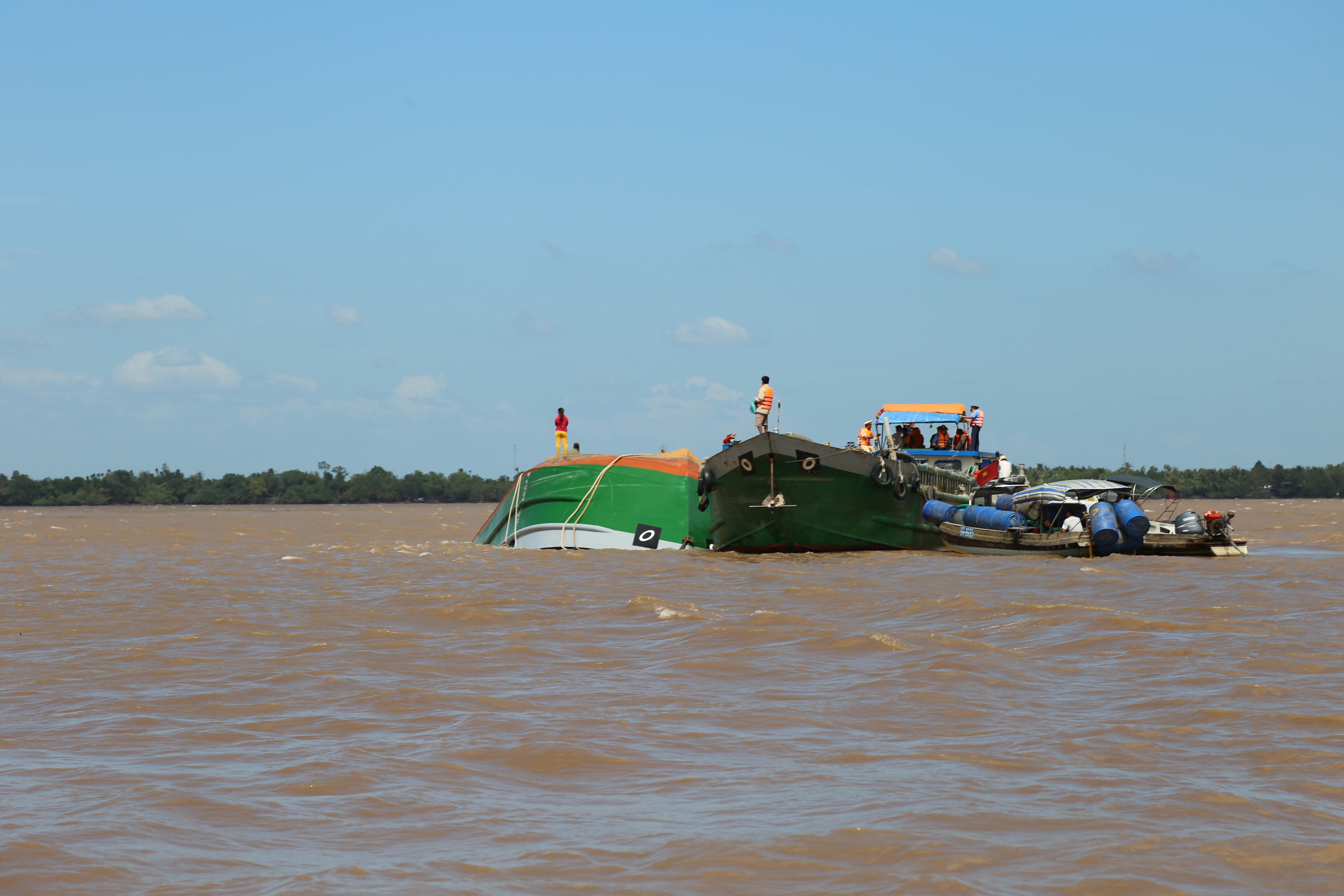 Tàu chở 5 người trong gia đình lật úp trên sông Hậu ảnh 1