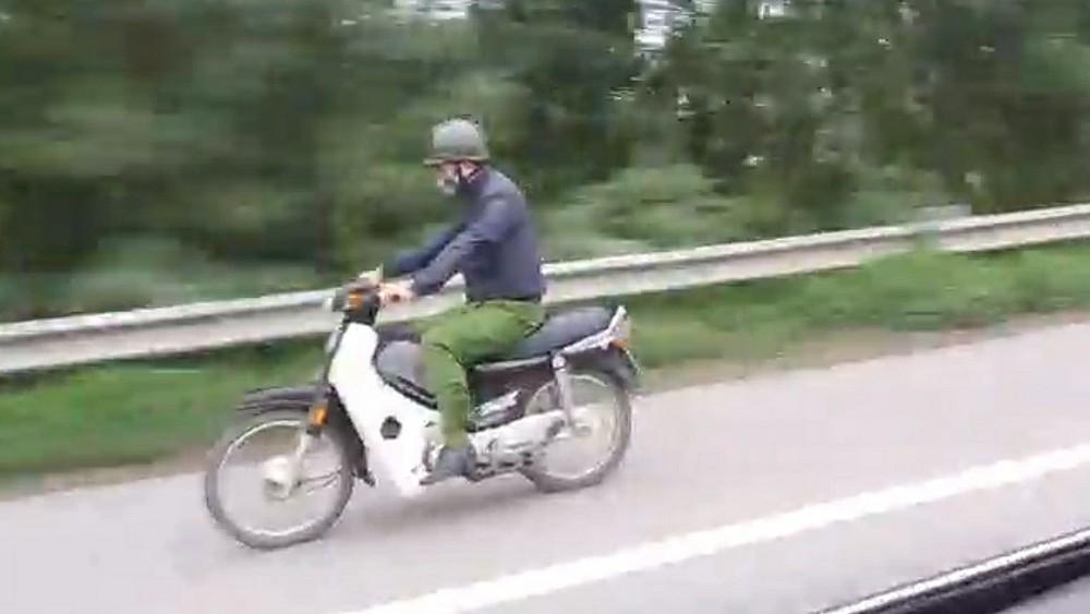 Người mặc trang phục giống cảnh sát phóng xe máy trên cao tốc vi phạm thế nào? ảnh 1