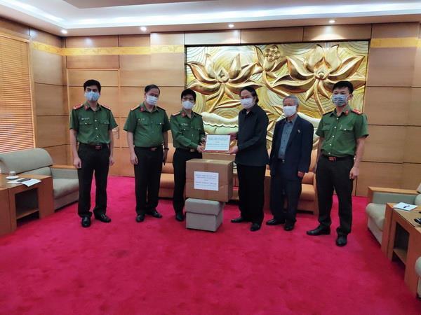 Trao 100 triệu đồng và khẩu trang y tế tặng Hội hữu nghị Lào-Việt ảnh 1