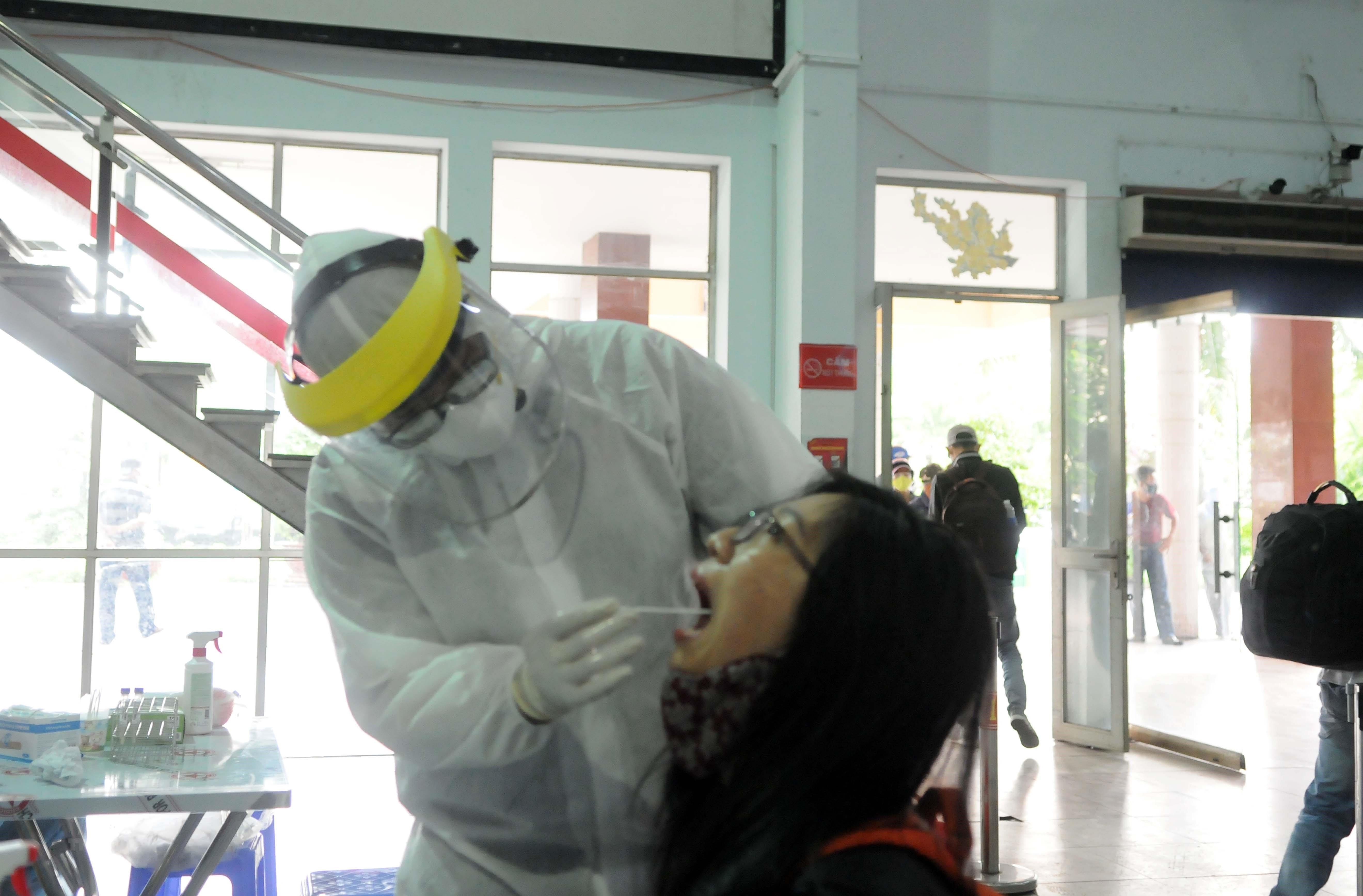 Lấy mẫu xét nghiệm SARS-CoV-2 tất cả hành khách đi tàu về ga Sài Gòn ảnh 1