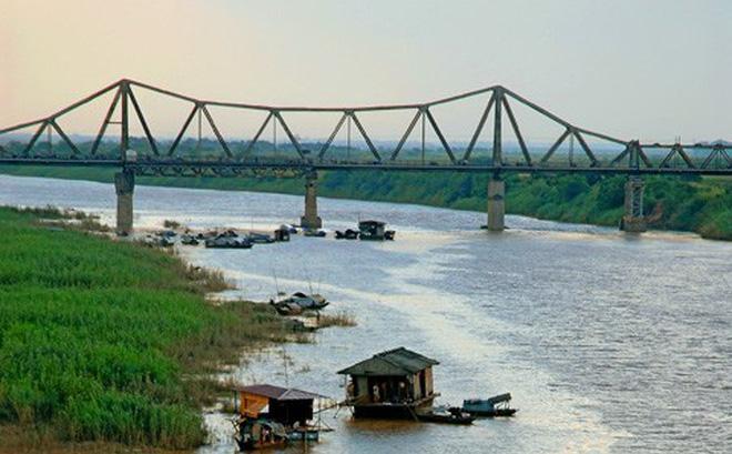 Đóng một luồng tàu chạy vì nghi có bom gần cầu Long Biên ảnh 1