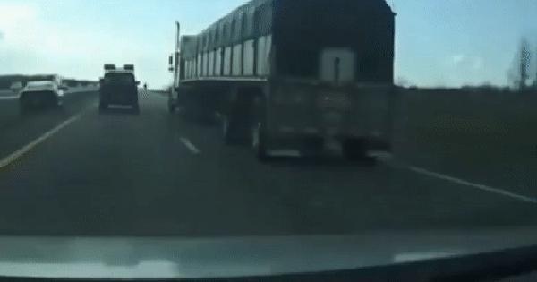 Xin vượt bất thành, tài xế xe con cho 2 lái xe tải nhận cái kết đắng ảnh 1