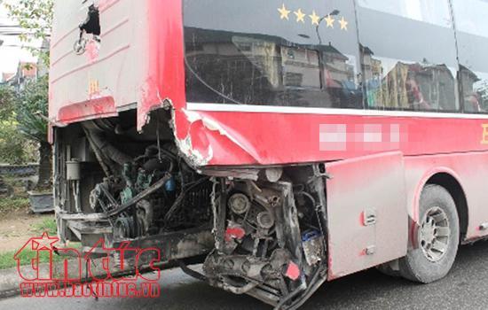 Xe đầu kéo va chạm với xe du lịch khiến hai người bị thương ảnh 1