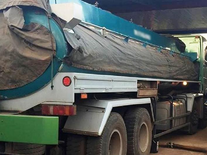 Xe bồn chở dầu điều mất lái đâm thủng 3 ki-ốt hàng tạp hóa ảnh 1