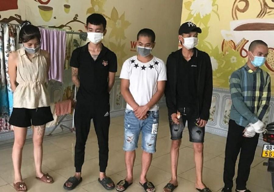 5 nam nữ rủ nhau vào nhà nghỉ giữa dịch COVID-19, bị phạt 75 triệu đồng ảnh 1