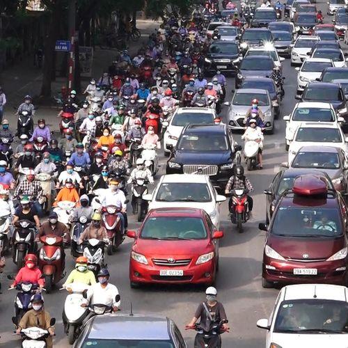 Phương tiện chôn chân trên phố Hà Nội trong ngày đầu đi làm sau nghỉ lễ
