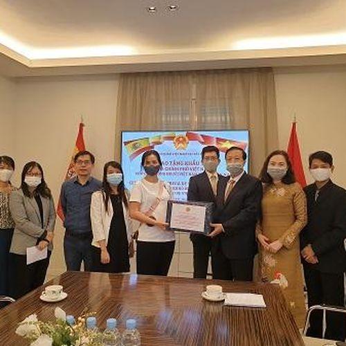 Tặng khẩu trang của Chính phủ Việt Nam cho cộng động người Việt tại Tây Ban Nha