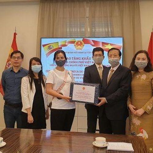 Chính phủ gửi tặng khẩu trang cho cộng đồng người Việt tại Tây Ban Nha