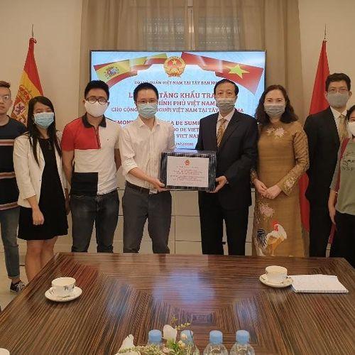 Tặng 1.500 khẩu trang cho cộng đồng người Việt tại Tây Ban Nha phòng, chống COVID-19