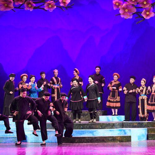Khán giả Hà Nội xúc động xem vở cải lương 'Chuyện tình Khau Vai'