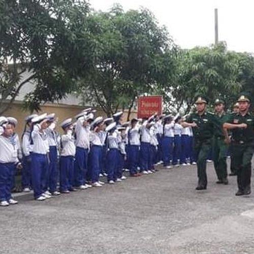 70 học sinh, giáo viên tham gia trải nghiệm làm chiến sĩ