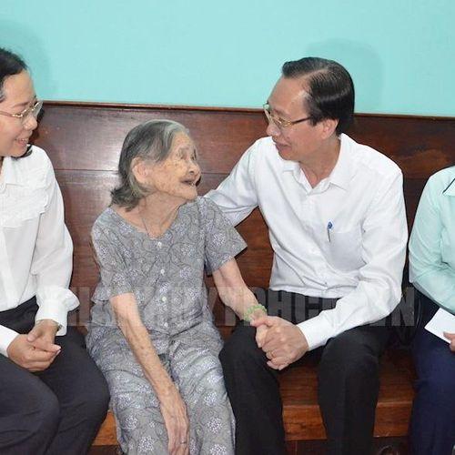 TP. HCM: Thăm, tặng quà Mẹ Việt Nam Anh hùng, người có công trên địa bàn