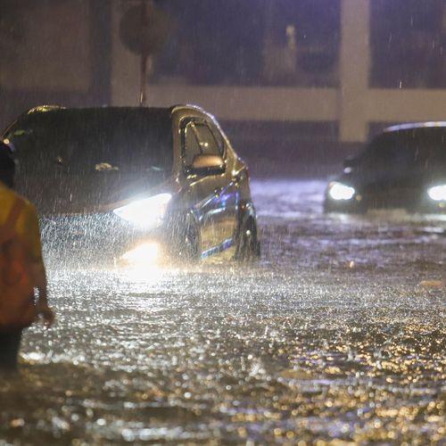 Sài Gòn mưa lớn, nhiều xế hộp 'nổi lềnh bềnh' trên đường phố