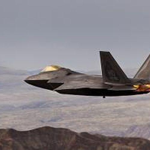 'Chim ăn thịt' F-22 lướt gió ngoạn mục trên địa hình hiểm trở