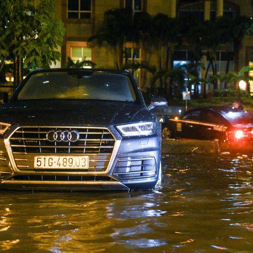 Porsche, Audi nằm cả đêm trên đường chờ cứu hộ sau mưa lớn