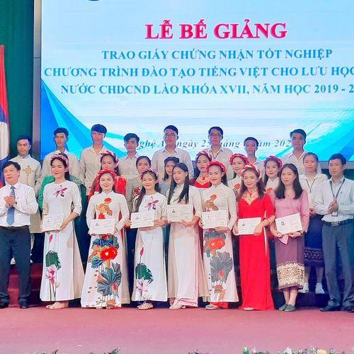 Trao Giấy chứng nhận tốt nghiệp tiếng Việt cho lưu học sinh Lào