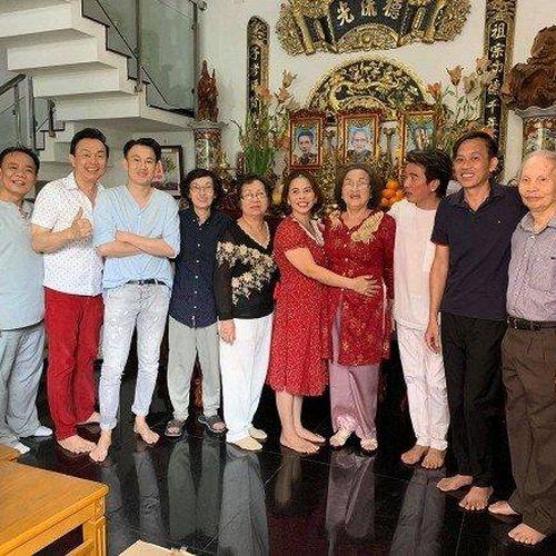 Dương Triệu Vũ cùng anh trai Hoài Linh mừng sinh nhật mẹ ruột, tiết lộ số tài sản gia đình có khi sang Mỹ định cư