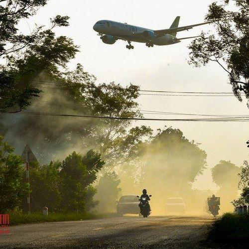 Khói đốt rơm rạ mù mịt, bủa vây sân bay Nội Bài
