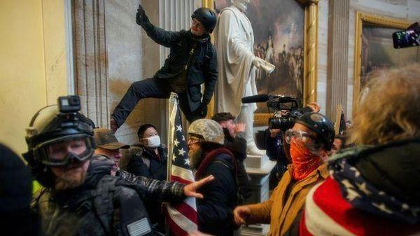 Những kẻ gây bạo loạn tại Quốc hội Mỹ có cả quân nhân và cảnh sát kỳ cựu