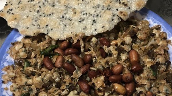 'Săn' Hến xào xúc bánh tráng- món ăn người dân Cố Đô ưa thích