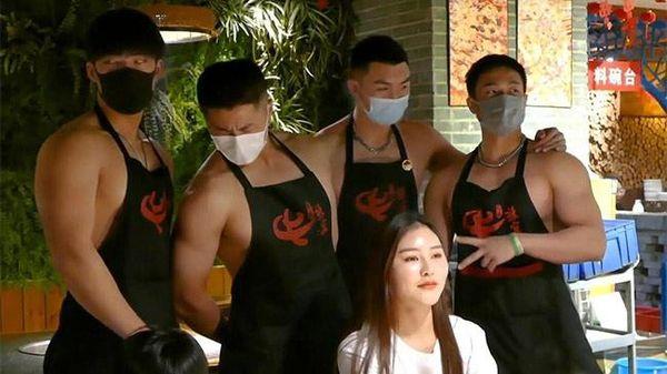 Nhà hàng lẩu 'nóng càng thêm nóng' vì dàn phục vụ 6 múi bán khỏa thân