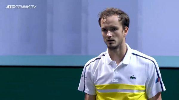 Mắc lỗi kép, hạt giống số một Daniil Medvedev tức giận đập vợt 2 lần