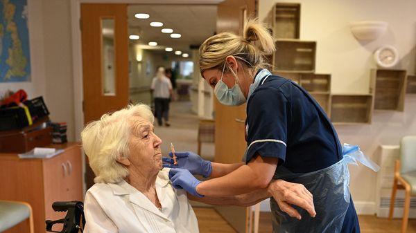 Đan Mạch phê duyệt sử dụng vắcxin AstraZeneca cho người trên 65 tuổi