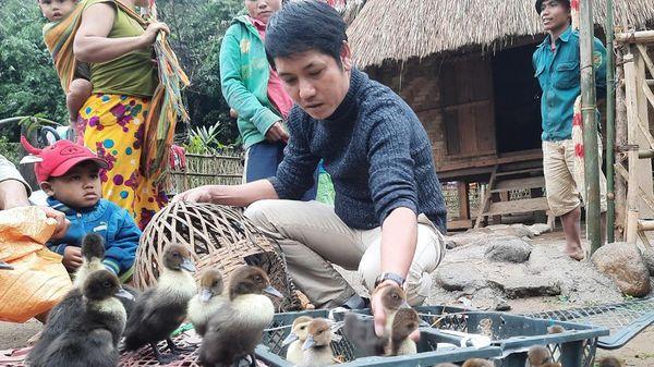 Người thầy mang yêu thương đến cho bà con vùng sạt lở ở Quảng Nam
