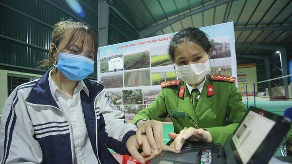 Tăng ca, xuyên đêm cấp căn cước ở Phú Xuyên
