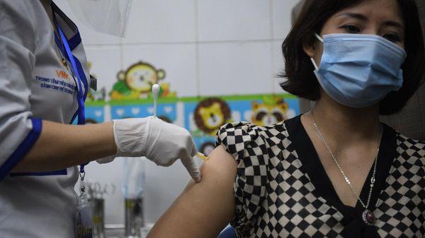 Nữ nhân viên y tế đầu tiên ở Hải Dương được tiêm vaccine Covid-19