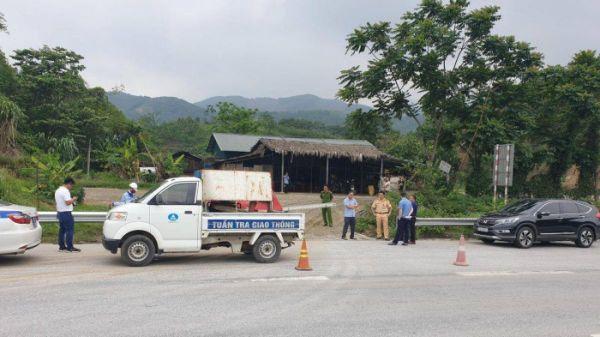 Cao tốc Nội Bài - Lào Cai bị 'băm nát' hàng rào bảo vệ vì quán cơm ven đường