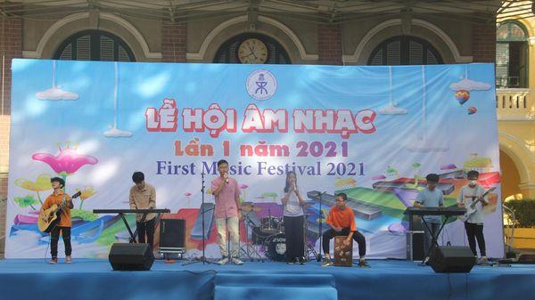 Học sinh trổ tài đàn, trống... trong lễ hội âm nhạc