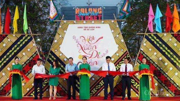 Quảng Ninh: Ngày hội du lịch đường phố Hạ Long 'Hội xuân di sản' hút khách ngày đầu khai mạc