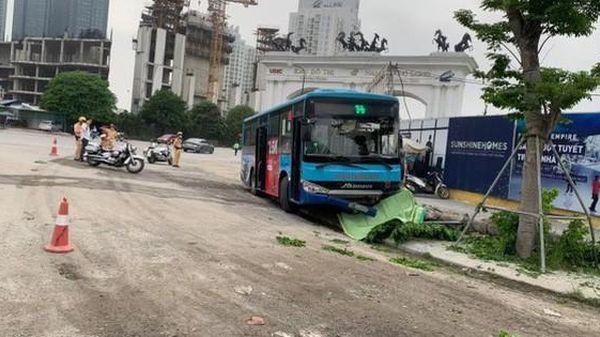 Xe buýt bất ngờ lao lên vỉa hè trước cổng đô thị Ciputra tông chết người