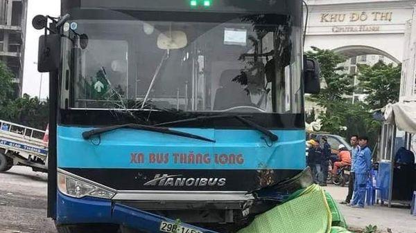 Xe buýt lao lên vỉa hè làm một người đi đường tử vong