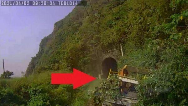 Khoảnh khắc tử thần tàu cao tốc Đài Loan đâm tung xe tải chắn đường