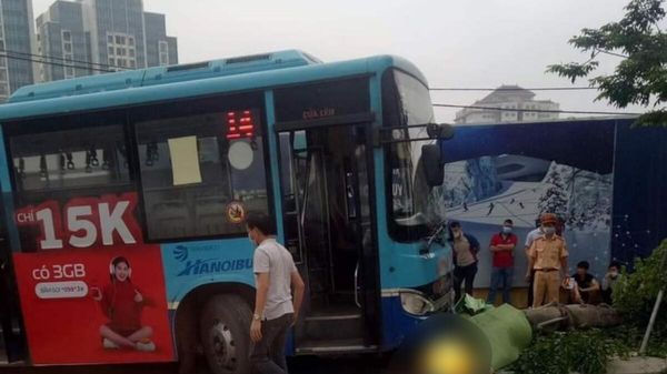 Hà Nội: Xe buýt bất ngờ mất lái, lao lên vỉa hè tông tử vong người đi bộ trước cổng KĐT Ciputra