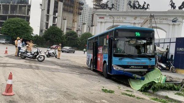 Hà Nội: Đi bộ trên vỉa hè, nam thanh niên bị xe buýt đâm tử vong