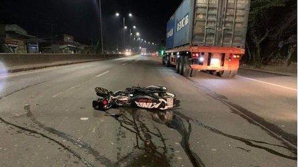 Xe máy va chạm xe container trên quốc lộ, 2 người tử vong