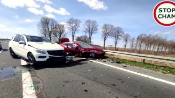 Camera giao thông: Mazda gặp nạn do xe Mercedes không nhường đường